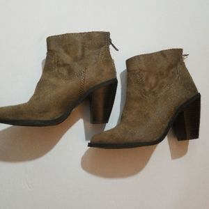 NWOT Mossino Ankle suede booties with back zipper